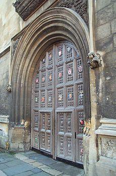 Porta de entrada da Bodleian Library (Biblioteca Bodleiana) da Universidade de Oxford, Inglaterra, com os brasões das faculdades