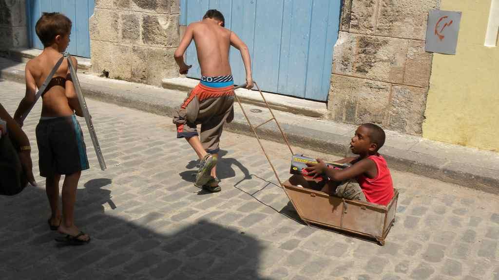 Criança brincando de carrinho